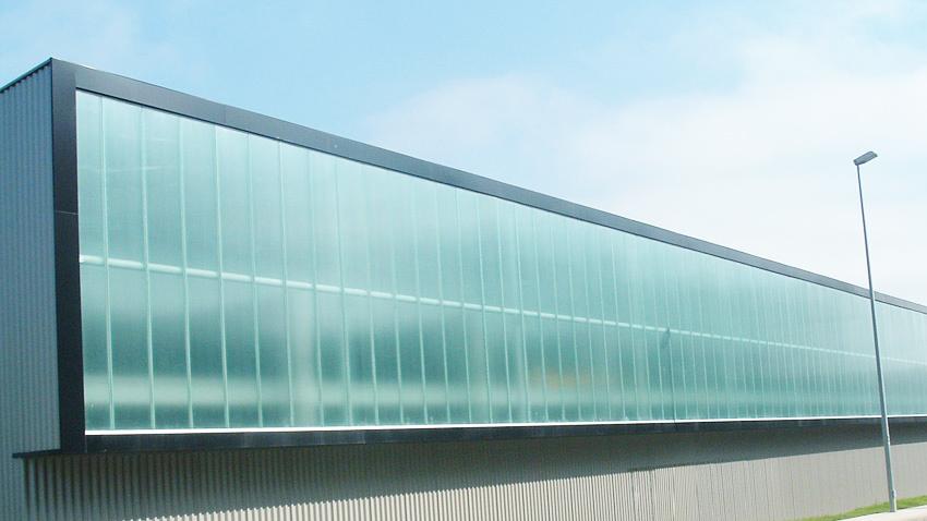 Instaladores de fachadas de policarbonato y vidrio for Cubiertas acristaladas